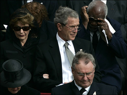 George W. Bush, his wife Laura (left), King Albert and Queen Paola of Belgium (bottom) took part in the funeral procession.