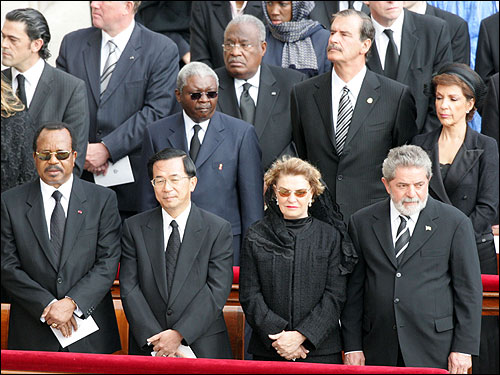 Taiwan President Chen Shui-bian (front, second from left), stood near Brazilian President Luiz Inacio Lula da Silva (front right) and Mexican President Vicente Fox (rear, second from right) during the funeral.