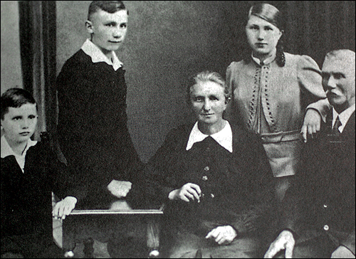 1938 Joseph Ratzinger, far left, is seen with his family, father Josef, sister Maria, mother Maria, brother Georg.