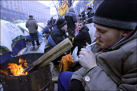 Gene Sharps's pamphlet ''From Dictatorship to Democracy'' circulated among supporters of opposition presidential candidate Viktor Yushchenko in Ukraine. At left, Yushchenko supporters in Kiev, December 2, 2004.
