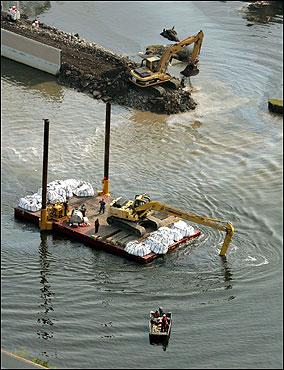 Workers tried to repair the broken 17th Street levee in New Orleans.