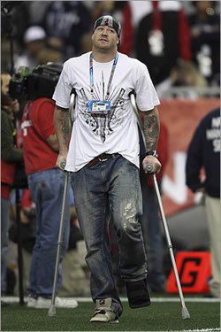 Injured Giants tight end Jeremy Shockey used crutches to walk out onto the field.