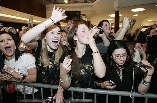 'Twilight' groupies reacted to seeing Lutz at the mall.