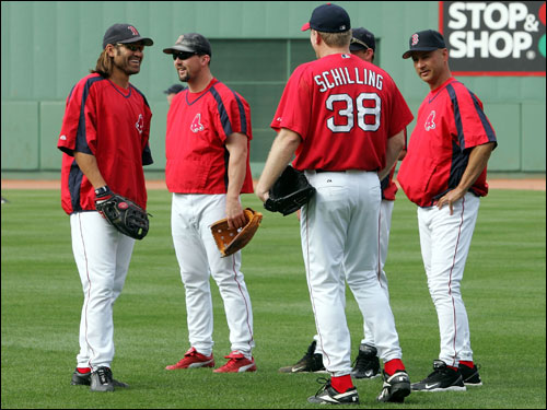 From left, Johnny Damon, Trot Nixon, Curt Schilling, and manager Terry Francona talk during batting practice before last night's game.