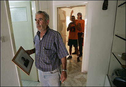 David Bunfad carried a photo of his daughter Shimrit as he and residents of the Neve Dekalim settlement prepared to be evacuated.