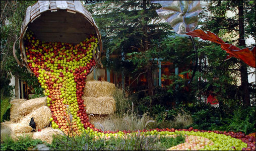 We have to wonder how often visitors try to snag a souvenir from the sea of apples at the Bellagio's Conservatory.