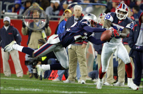 Patriots cornerback Asante Samuel reached in front of the Bills wide receiver Eric Moulds to make a second half interception.
