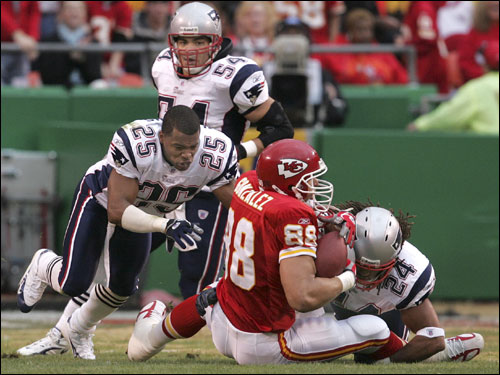 Michael Stone and Artrell Hawkins ganged up to tackle Chiefs tight end Tony Gonzalez.