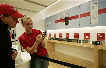 Apple Store employee Kelly Hogan used a checkout device that allows people to pay anywhere in the Cambridge store.