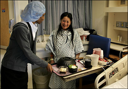 Jemica Durant delivered a meal to patient Margarita Porter last week at Beth Israel Deaconess Medical Center. Food has become a major part of local efforts to make patients happier.