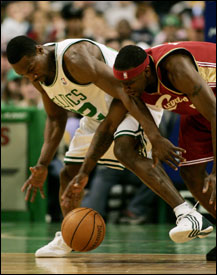 It's tight quarters for Tony Allen (left) and Flip Murray in chasing a loose ball.