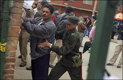 Police searched Colombians entering a voting station yesterday in La Calera, Cundinamarca.