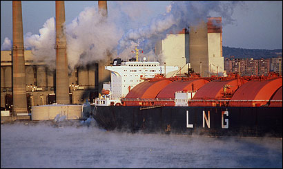 An LNG tanker was tied up to unload its cargo in Everett in February 1998. The photo was taken from the Tobin Bridge.