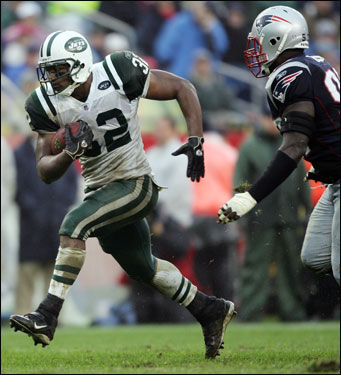 Kevan Barlow (left) of the New York Jets carried the ball past Jarvis Green.