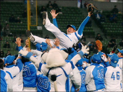 Seibu Lions pitcher Daisuke Matsuzaka was tossed in the air by his teammates in celebration of his potential transfer to the major leagues.
