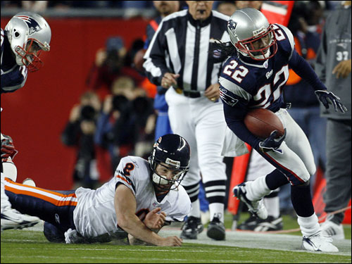 Pats cornerback Asante Samuel fooled Rex Grossman for the second time on the play, after leaving the Bears quarterback in the dust on his interception return.