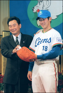 Matsuzaka displays his new Seibu Lions uniform at that same press conference.