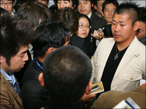 Matsuzaka speaks at a press conference at Narita Airport in Chiba prefecture, suburban Tokyo, before leaving for the United States on Nov. 15.