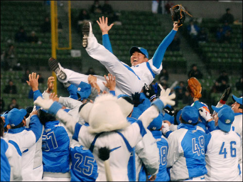 Following his speech, Matsuzaka was tossed in the air in celebration by his Lions teammates.