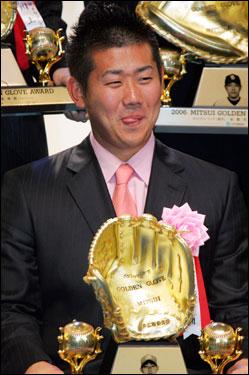 Matsuzaka smiles with the Golden Glove Award during an award ceremony in Tokyo on Nov. 30.