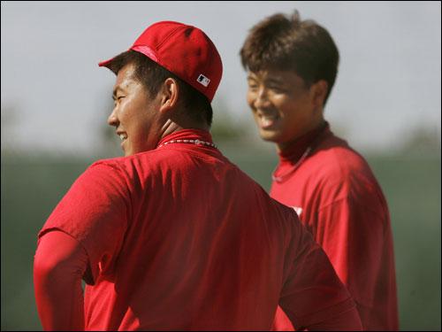 Daisuke Matsuzaka (left) and Hideki Okajima took a break.