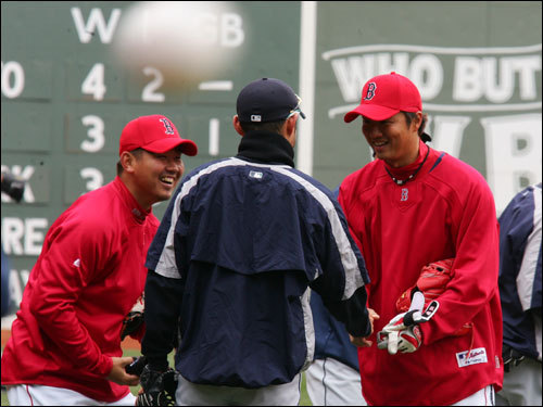 Red Sox pitcher Daisuke Matsuzaka spoke with (center) Seattle Mariners rightfielder Ichiro Suzuki along with Sox relief pitcher Hideki Okajima during warmups.