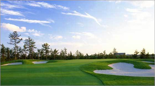 Pinehills Golf Club 54 Clubhouse Dr. Plymouth, Mass. 508-209-3000 18-hole rate: $60-$105 Our take : A top-notch golf course literally carved into the countryside, Pinehills features two new 18-hole championship courses designed by Rees Jones and Nicklaus Design.