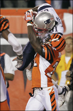 Patriots wide receiver Randy Moss (81) caught a touchdown pass in the second quarter.