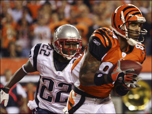 Patriots corner Asante Samuel (left) watched Bengals wide receiver T.J. Houshmanzadeh score a touchdown in the first half.