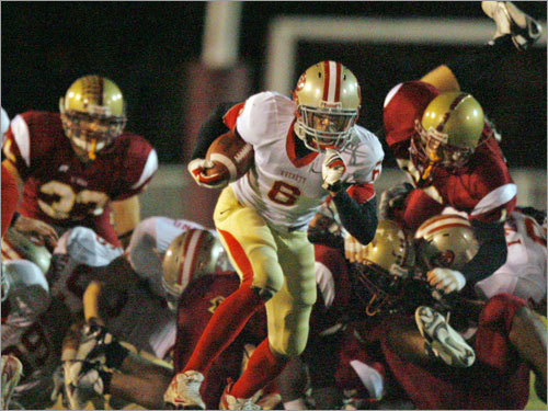 Everett's Isaac Johnson (6) breaks out of the pack as he rumbles on a 47-yard touchdown run in the opening minutes.