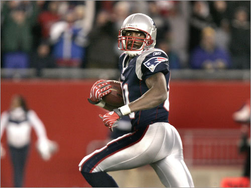 Patriots wide receiver Randy Moss looked back and found no one close to him as he raced into the end zone with a first-half touchdown.