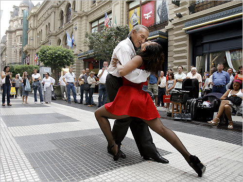 Professional tango dancers perform in downtown Buenos Aires. STORY Uno, dos, tango PLAN Latin America travel guide