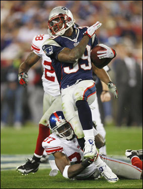 Patriots running back Laurence Maroney (39) broke away from Giant tacklers in the third quarter.