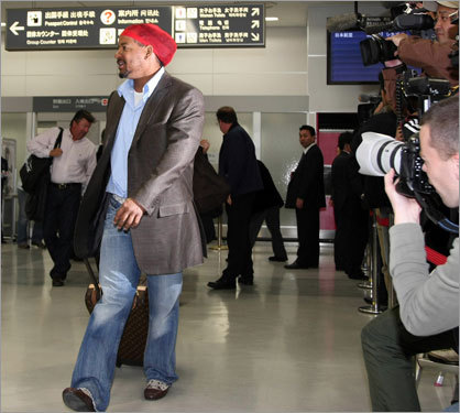 Manny Ramirez drags his suitcase through the airport.