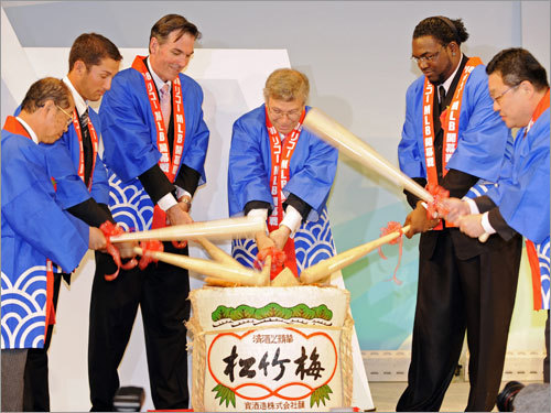 Oakland A's relief pitcher Huston Street (second from left), A's GM Billy Bean (third from left), MLB Players Association chief operating officer Gene Orza (third from right) and Red Sox DH David Ortiz (second from right) break the cap of the 'sake' barrel with other Japanese officials during the welcoming party at a Tokyo hotel on Friday.