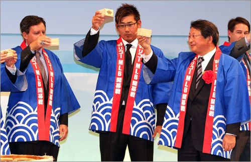 Tom Werner (left), Chairman of the Red Sox and Daisuke Matsuzaka (center) raise their wooden cups to celebrate during a welcome party at the Grand Prince Hotel Akasaka on Friday.