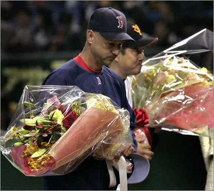 Red Sox manager Terry Francona and Yomiuri Giants manager Tatsunori Hara received flowers at the start of the game.