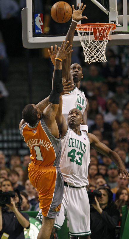 Amare Stoudemire (1) finds his path to the basket blocked by Kendrick Perkins (43) and Kevin Garnett.