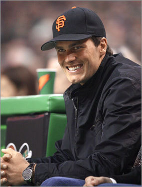 Tom Brady was sporting a San Francisco Giants cap while sitting courtside for Game 7 at the Garden. Fellow Patriots Richard Seymour, Vince Wilfork, Kevin Faulk, Randy Moss, and Laurence Maroney were also in attendance.