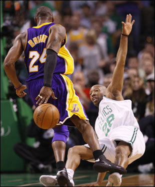 Kobe Bryant (left) made a move against Sam Cassell (right) during the game.
