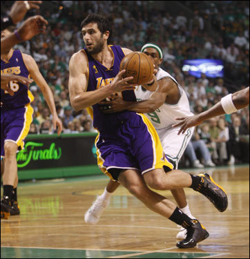 Lakers guard Vladimir Radmanovic drove to the basket during the game.