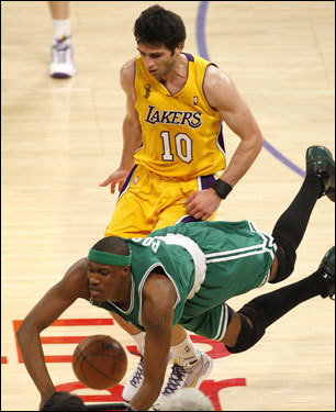 James Posey (left) dove for a loose ball in front of Laker forward Vladimir Radmonovic.