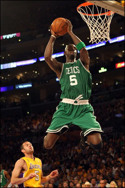 Jordan Farmar (left) looked on as Kevin Garnett caught the ball on his way to a dunk in the first half.