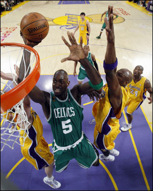 Kevin Garnett drove to the basket in the first half.