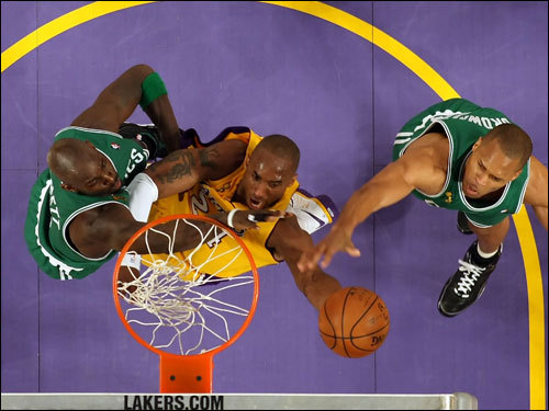 Kobe Bryant (center) drove to the basket between Celtics defenders Kevin Garnett (left) and P.J. Brown (right).