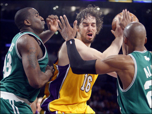 Kendrick Perkins (left) and Ray Allen (20) swarmed Pau Gasol during the third quarter.