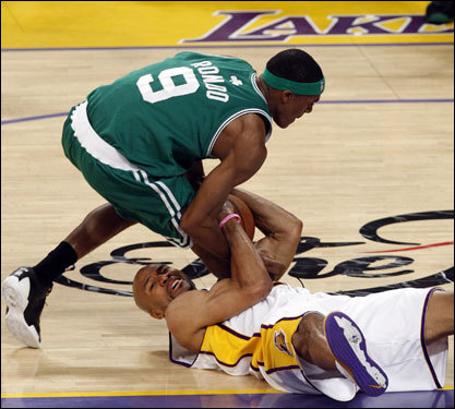 Rajon Rondo (9) and Derek Fisher (right) battled for a loose ball.