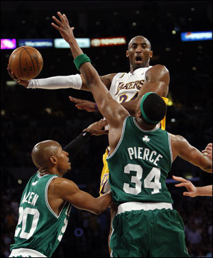 Kobe Bryant (24) elevated before throwing a no-look pass during the second half.