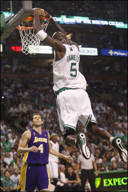 Kevin Garnett (5) dunked the ball during the first half.