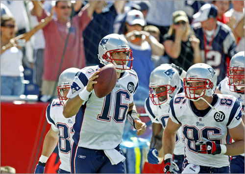 Cassel and Moss (background) combined for a 10-yard touchdown pass to put the Patriots up 7-0 in the second quarter.